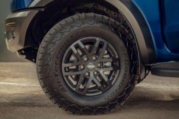 専用アルミホイールに組み合わされる無骨なBFグッドリッチ製タイヤ