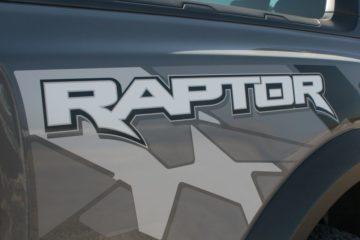 ボディの各所に配置されるラプターのロゴ