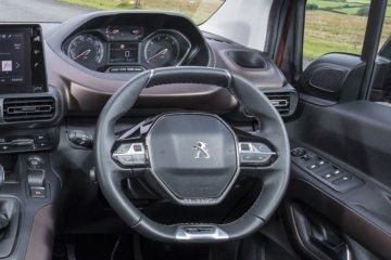 小径ハンドルと高い位置のメーターパネルが印象的なi-Cockpit