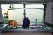 ガスコンロは2個、キャンプ地のキッチンとして活躍してくれるでしょう