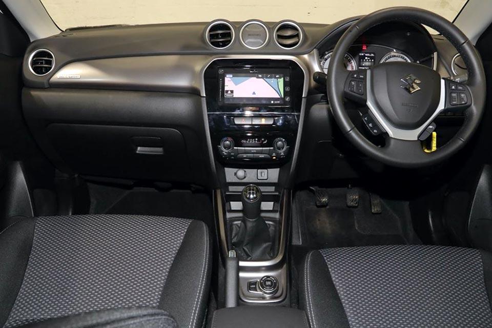ヴィターラ 1.0 SZ-T オールグリップ 運転席