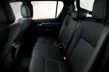 大人がしっかり座れる空間を確保したリアシート(DoubleCab)