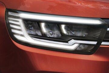 特徴的なC-Shapeシグネチャー LEDヘッドライト