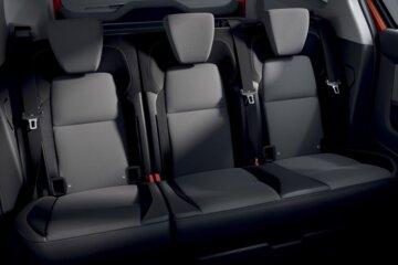 2脚のチャイルドシートを設置しても真ん中に大人が余裕で座れるリアシート